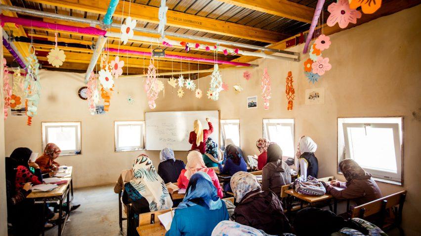 Una escuela de bajo coste para 3.000 niños en un campamento de refugiados sirio en Jordania